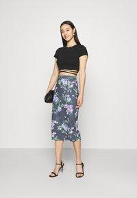 WAL G. - LANCE FLORAL MIDI SKIRT - Pencil skirt - purple - 1