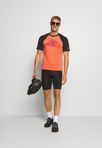 Zimtstern - PUREFLOWZ MEN - Printtipaita - pirate black/living coral - 1