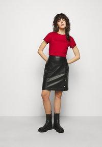 HUGO - THE SLIM TEE - T-shirts med print - medium red - 1