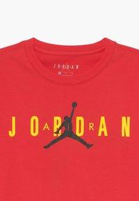 Jordan - SPORT DNA CREW - Print T-shirt - red - 3