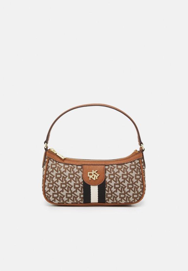 CAROL BAGUETTE - Käsilaukku - brown
