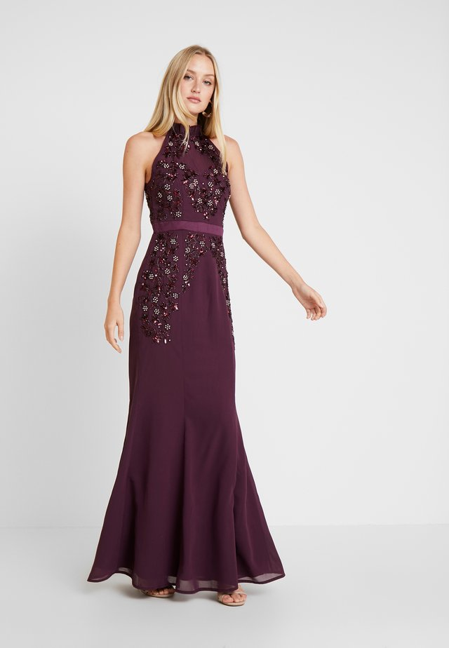 HIGH NECK EMBELLISHED FISHTAIL DRESS WITH OPEN BACK - Occasion wear - plum