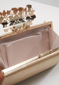 Forever New - CHARLOTTE EMBELLISHED - Kopertówka - gold shimmer - 5
