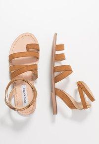 Steve Madden - FUEGO - Sandály s odděleným palcem - cognac - 1