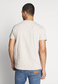 Tommy Jeans - BADGE TEE  - Basic T-shirt - stone - 2