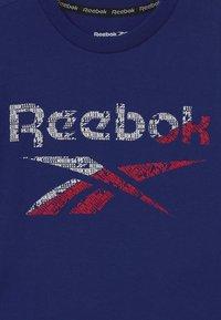 Reebok - STRIATED CLASSIC  - Camiseta estampada - navy - 2