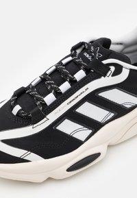 adidas Originals - OZWEEGO BIG LOGO UNISEX - Joggesko - chalk white/core black/footwear white - 5