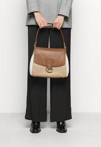 Coach - COLORBLOCK MAY SHOULDER BAG - Kabelka - vintage khaki multi - 0
