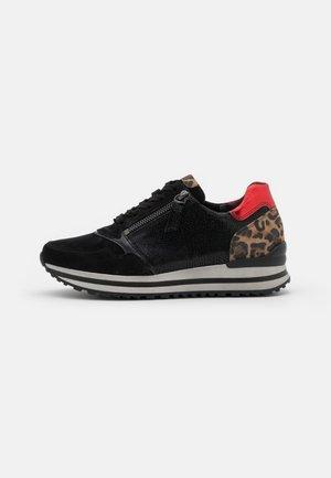 Zapatillas - schwarz/savanne