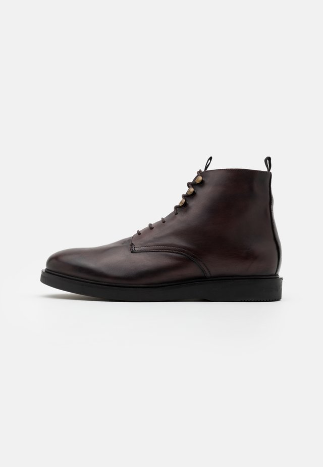 BATTLE - Bottines à lacets - brown