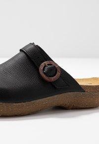 El Naturalista - WAKATIWAI - Pantofle - black - 2