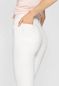 Stradivarius - MIT SUPERHOHEM BUND  - Jeans Skinny Fit - white - 4