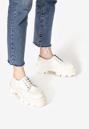 Chaussures à lacets - crema cma