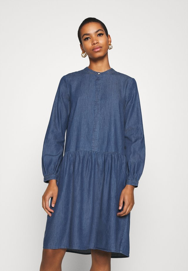 RIDA LYANNA DRESS - Robe en jean - mid blue wash