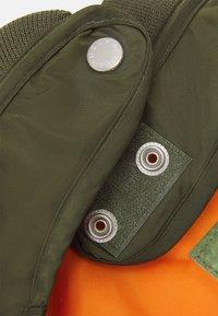 Alpha Industries - DOG JACKET BACKPRINT UNISEX - Other accessories - dark olive - 4
