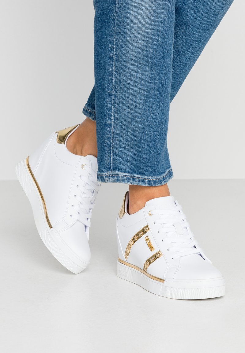Guess - FAYNE - Trainers - white/gold