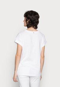 Rich & Royal - BOYFRIEND SHIRT - Camiseta estampada - white/red - 2