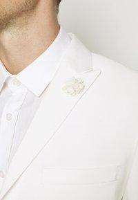 Isaac Dewhirst - WHITE WEDDING SLIM FIT SUIT - Kostym - white - 12