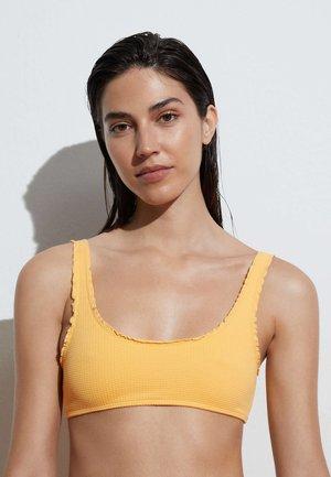 MIT GEWELLTEM SAUM  - Bikini top - yellow