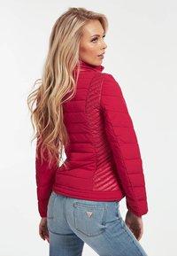 Guess - JACKE GESTEPPTES KONTRASTGEWEBE - Winter jacket - fuchsia - 2