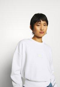 Calvin Klein Jeans - BADGE INTERLOCK - Long sleeved top - bright white - 3