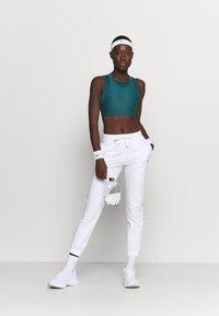 Champion - CUFF PANTS - Teplákové kalhoty - white - 1