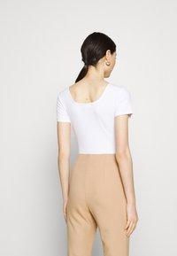 Glamorous - SQUARE NECK BODY 2 PACK - Basic T-shirt - white/baby blue - 2