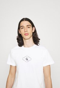 Calvin Klein Jeans - MONOTRIANGLE TEE - T-shirt med print - bright white - 4