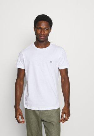 MODERN ESSENTIALS PANELED TEE - Jednoduché triko - white