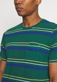 Levi's® - RELAXED FIT POCKET TEE - Basic T-shirt - multi-color - 5
