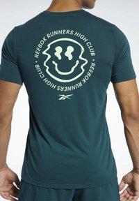 Reebok - RUN ESSENTIALS SPEEDWICK T-SHIRT - Print T-shirt - green - 3