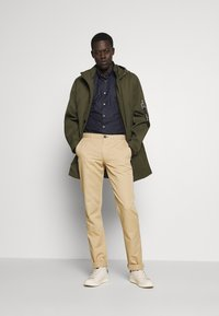 PS Paul Smith - MENS MID FIT STITCHED CHINO - Chinos - camel - 1