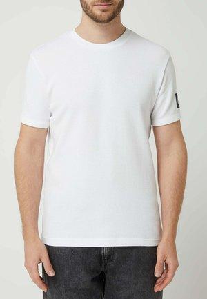 LOGO BADGE - Basic T-shirt - weiß
