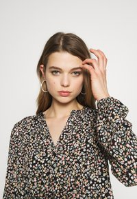 b.young - BYISOLE V NECK BLOUSE - Bluser - black combi - 3
