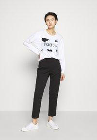 DKNY - EVERYDAY SEQUIN LOGO - Sweatshirts - white/black - 1