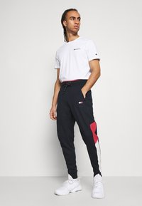 Tommy Hilfiger - CUFFED BLOCKED PANT - Tracksuit bottoms - blue - 3