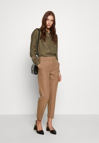Selected Femme - SLFRIA CROPPED PANT - Pantalon classique - camel/melange - 1