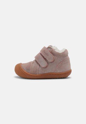 IRU - Baby shoes - rose