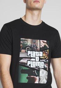 Mister Tee - PLATA O PLOMO TEE - Print T-shirt - black - 5