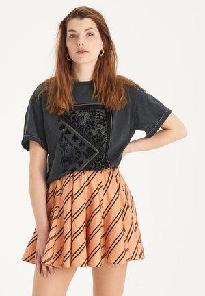 WASHED ARTWORK TEE - T-shirt med print - grey