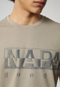 Napapijri - SALLAR LOGO - Print T-shirt - silver sage - 2