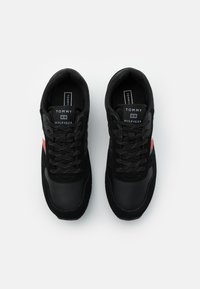 Tommy Hilfiger - CORPORATE FLAG RUNNER - Trainers - black - 3