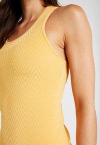 Casall - SEAMLESS CHEVRON RACERBACK - Toppi - golden yellow - 3