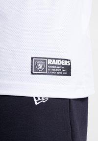New Era - NFL OAKLAND RAIDERS OVERSIZED SHOULDER PRINT TEE - T-shirt med print - black - 5