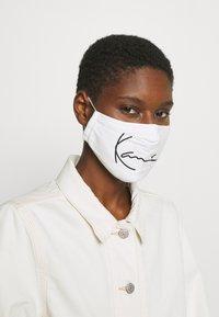 Karl Kani - SIGNATURE FACE MASK - Community mask - white - 1