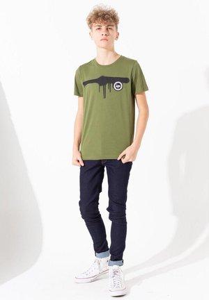 SPRAY DRIP CREST - Print T-shirt - khaki
