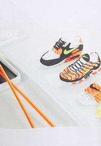 Nike Sportswear - TEE FOOD SHOESHI - T-shirts print - white - 2