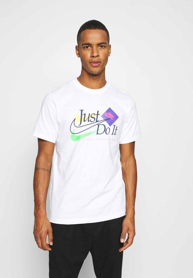 BRAND RIFFS - Print T-shirt - white