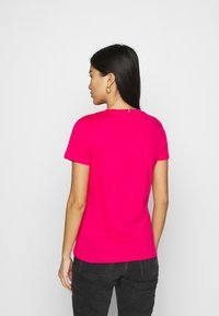 Tommy Hilfiger - NEW VNECK TEE - Basic T-shirt - bright jewel - 2