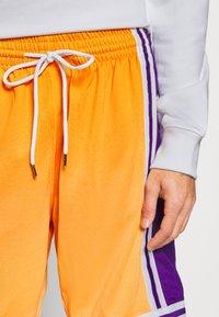 Mitchell & Ness - LOS ANGELES LAKERS NBA FADED SWINGMAN SHORTS - Short de sport - light gold - 4